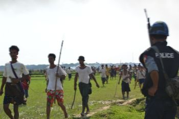 Rakhine terrorists & Security forces marching together towards Rohingya village (Than Taw Li) in Sittwe.
